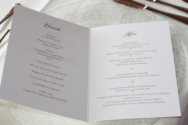 Menükarten dunkelrot, Kartenmacherei, Herbsthochzeit in den Bergen von Garmisch-Partenkirchen, Hochzeitslocation in Bayern, Riessersee Hotel - Bordeaux, rote Rosen, herbstlich