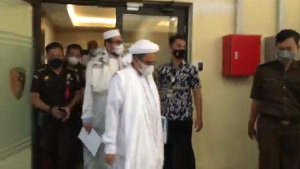 Dibawa Mobil Jaksa, Habib Rizieq Bergerak untuk Sidang ke Pengadilan