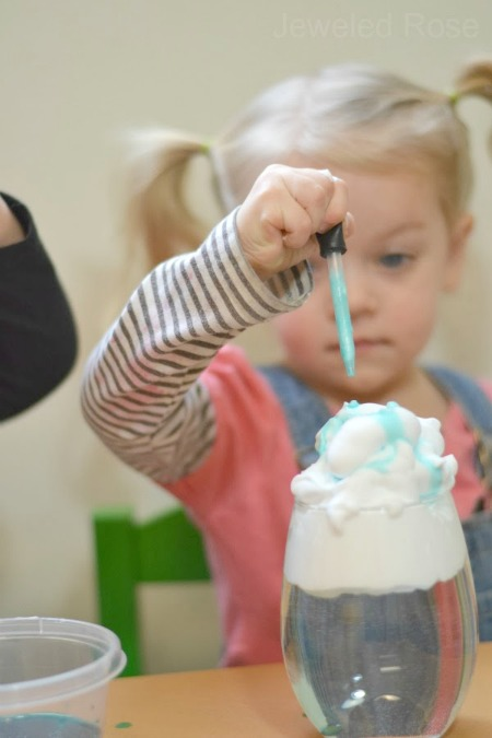 Explore the weather and why it rains with this fun experiment for kids! #raincloudinajar #raincloudexperiment #scienceexperimentskids #growingajeweledrose #activitiesforkids