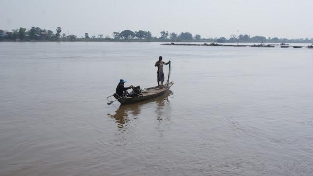 Pêcheurs sur le Mékong au Cambodge. Photographie par adalidda dot net (cc)