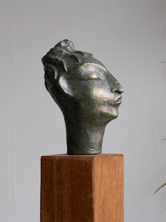 sculpture en bronze d'Adèle Vergé d'une petite tête de femme stylisée