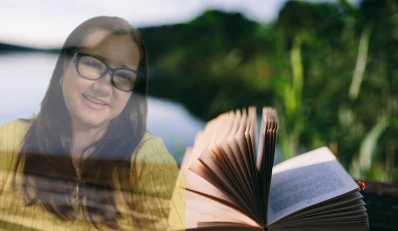 O romance é um dos gêneros mais lidos no Brasil, com uma maioria de leitoras. É dessa conexão entre o amor o romance e o público feminino que a escritora Vina Ferreira fala