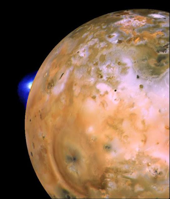 Plumas do vulcão Loki Patera em Io