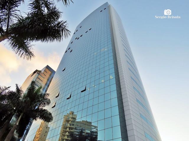 Perspectiva inferior das fachadas do moderno Edifício 132 Premium - Pinheiros - São Paulo