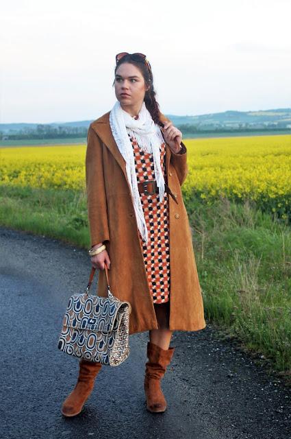 sukienka-i-plaszcz-stylizacja-na-wiosne-