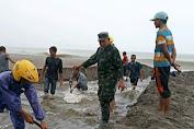 Upaya Cegah Banjir, Koramil 10/Labar Bersama Warga Gotong Royong Mengeruk Pasir Yang Menutupi Mulut Kuala