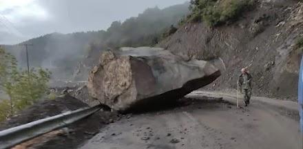 Άγραφα: Έπεσε τεράστιος βράχος κοντά σε σπίτια - Κόπηκε στα δύο ο δρόμος