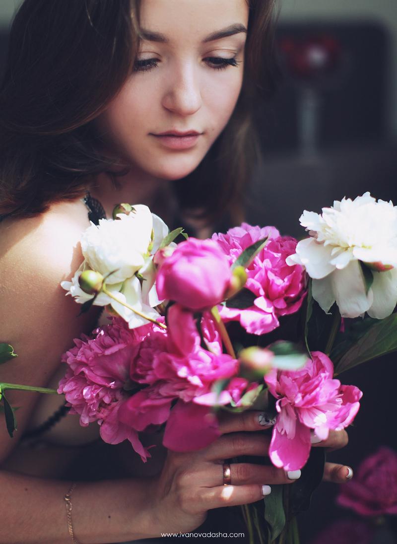 свадебная фотосъемка,свадьба в калуге,фотограф,свадебная фотосъемка в москве,фотограф даша иванова,идеи для свадьбы,образы невесты,фотограф москва,фотосессия невесты,будуарная фотосъемка,пленочная фотография,сборы невесты,файнарт,fine art,нежные сборы невесты с пионами,романтичные сборы невесты,будуарная фотосъемка для девушки,девушка с пионами, сборы в отеле,сборы невесты в отеле,сборы невесты в халате,девушка в махровом халате,Hilton Garden Inn Kaluga,лена на пп,иванова даша,девушка смотрит на пионы