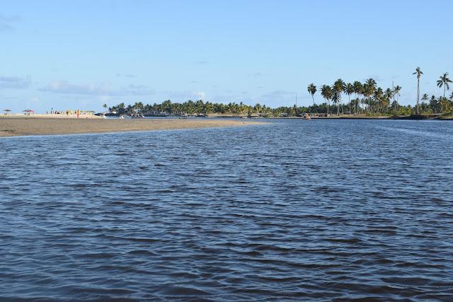 rio com agua calma e azul escuro