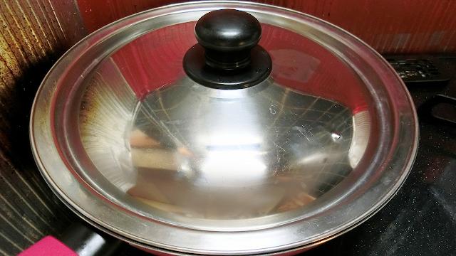 蓋をし、そのまま5分蒸し焼きにします。 蓋はできるだけぴったりはまるサイズがおすすめです。