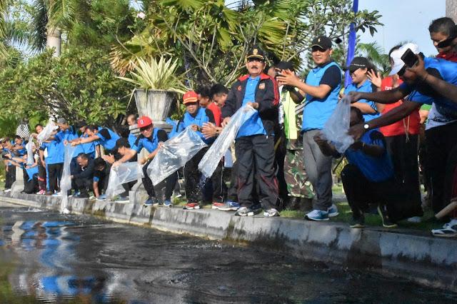 Wabup Artha Dipa Restocking Benih Ikan di Taman Sukasada Ujung
