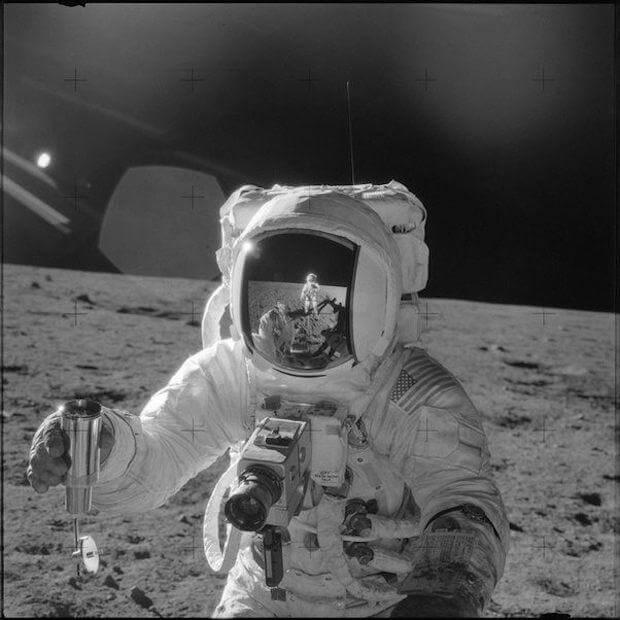 من قام بالتقاط صورة أول رجل على سطح القمر؟