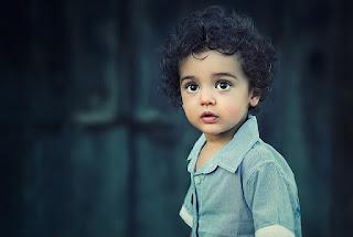 aufmerksam schauendes Kind