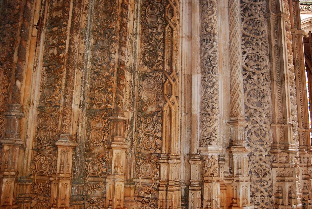 détail de la décoration exubérante du portail des chapelles inachevées Batalha