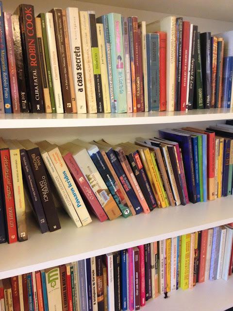 livros em 3 prateleiras da estante