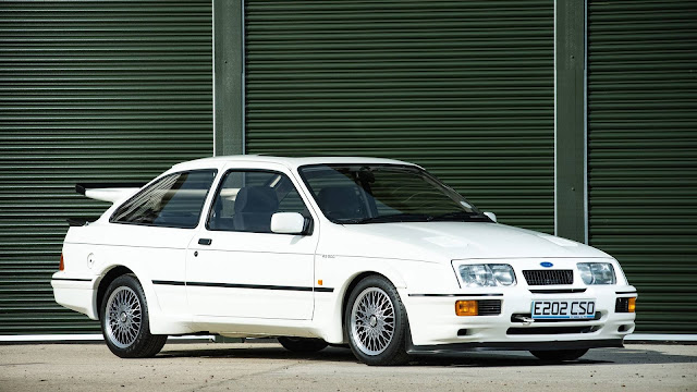 Es el Ford Sierra Cosworth RS500, sin duda todo un mito del automóvil de competición. Directamente de una de las épocas doradas del automovilismo llega este vehículo que será vendido en la NEC Classic Motor Show Sale 2017 que se celebra los próximos días 11 y 12 de noviembre en Birmingham, Reino Unido. Se trata de un Ford Sierra Cosworth RS500 de 1988 que saldrá a subasta el mes que viene en un estado de conservación casi perfecto, es totalmente original y presenta un kilometraje muy bajo que propiciará un importante número de pujas por el coche el día de la venta.