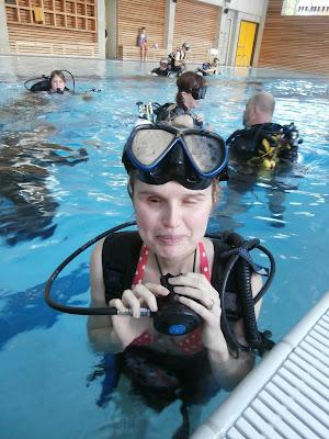 Linda s potápěčským vybavením v bazénu