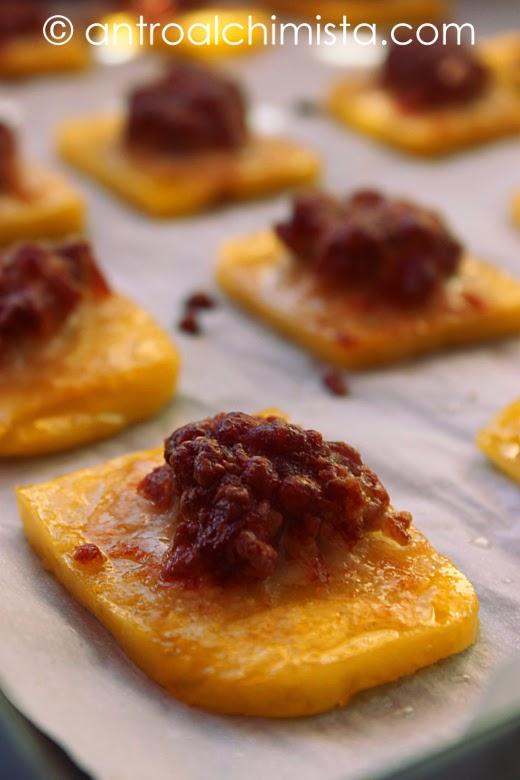 Crostini di Polenta con Pasta di Salsiccia e Pecorino