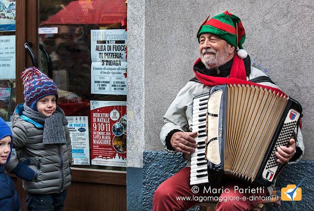 Mercatini di Natale a Santa Maria Maggiore: fisarmonica e bimbi
