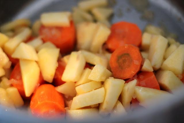 Karotten und Apfel für das Sauerkraut aus dem Ofen nach Gero von Randow | Arthurs Tochter Kocht by Astrid Paul