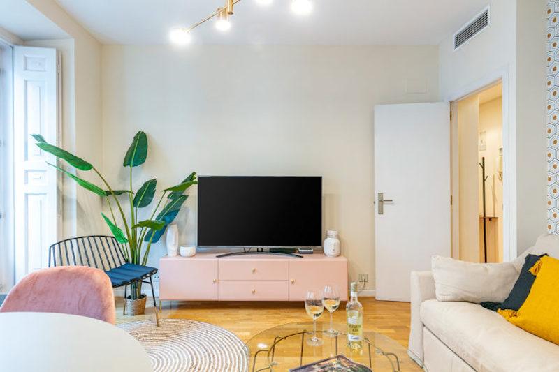Mueble de TV de estilo clásico chic en color rosa con tiradores dorados