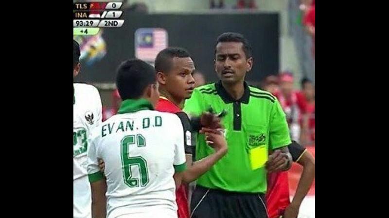 Wasit Malaysia, Nagor Amir memberi kartu kuning ke Evan Dimas