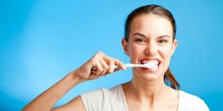 Menyikat gigi menghilangkan karang gigi