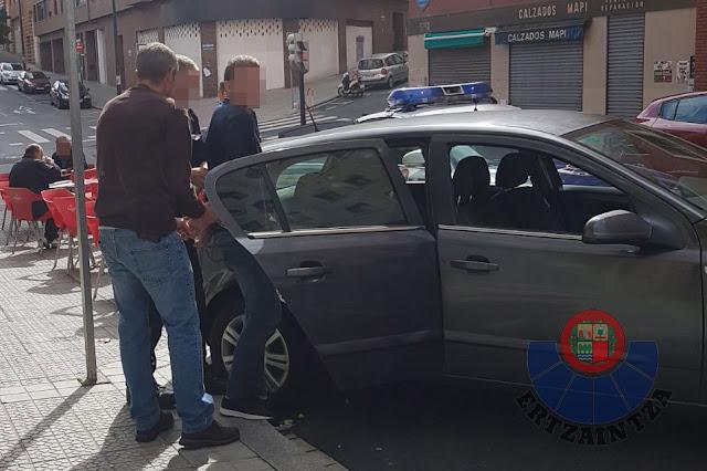 Momento de la detención de uno de los presuntos ladrones