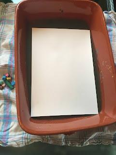 Trempage de la feuille dans le bac d'eau + craies taillées pour la réalisation des dessin, DIY