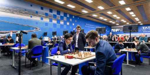 La seule partie décisive de la ronde 9 au profit d'Anish Giri contre Maxim Matlakov, sous les yeux du champion du monde d'échecs Magnus Carlsen qui a rapidement annulé contre Viswanathan Anand - Photo © Alina L'Ami