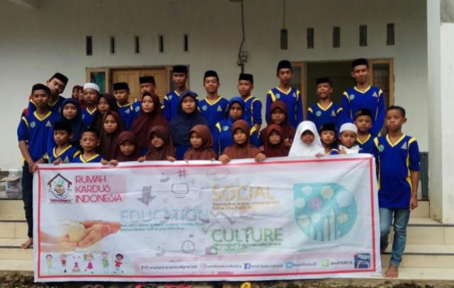 Peringati Hari Ibu, Komunitas Rumah Kardus Indonesia Bagi-Bagi Bunga