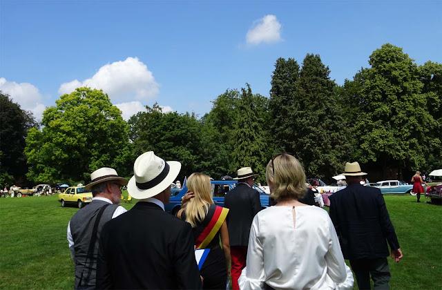 Jury Pulk auf dem 1. Fashion Award auf Schloss Merode, Herren mit weißen Hüten