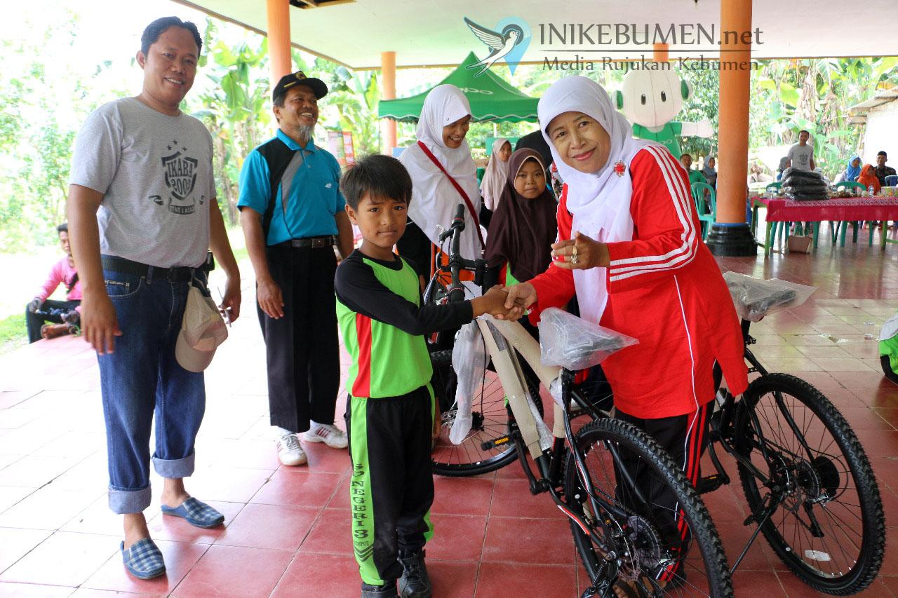 Rayakan Ulang Tahun, Ikaba Polres Kebumen Bagikan Tas Sekolah hingga Sepeda