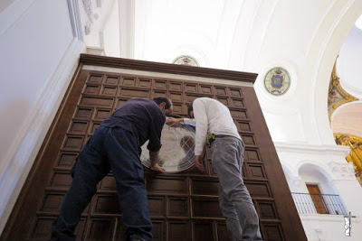 La Hermandad Matriz de Ntra. Sra. del Rocío de Almonte coloca las vidrieras de los canceles laterales de entrada