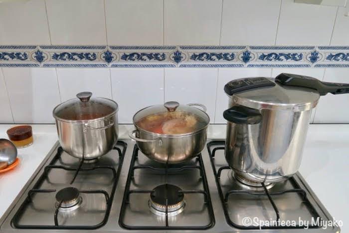 コシード・マドリレーニョを料理している大きな鍋が並ぶマドリードの家庭の台所