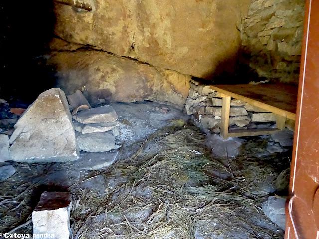 Zona habilitada en el interior del Chozo del Barquillo en la Sierra de Gredos.