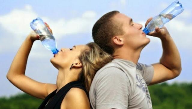 Alasan Minum Air Sambil Berdiri Merupakan Perkara Yang Buruk Bagi Kesehatan