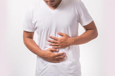 Persona con inflamación en el estómago