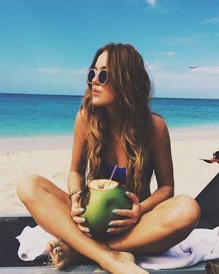 Foto tumblr sentada en la playa mirando al horizonte