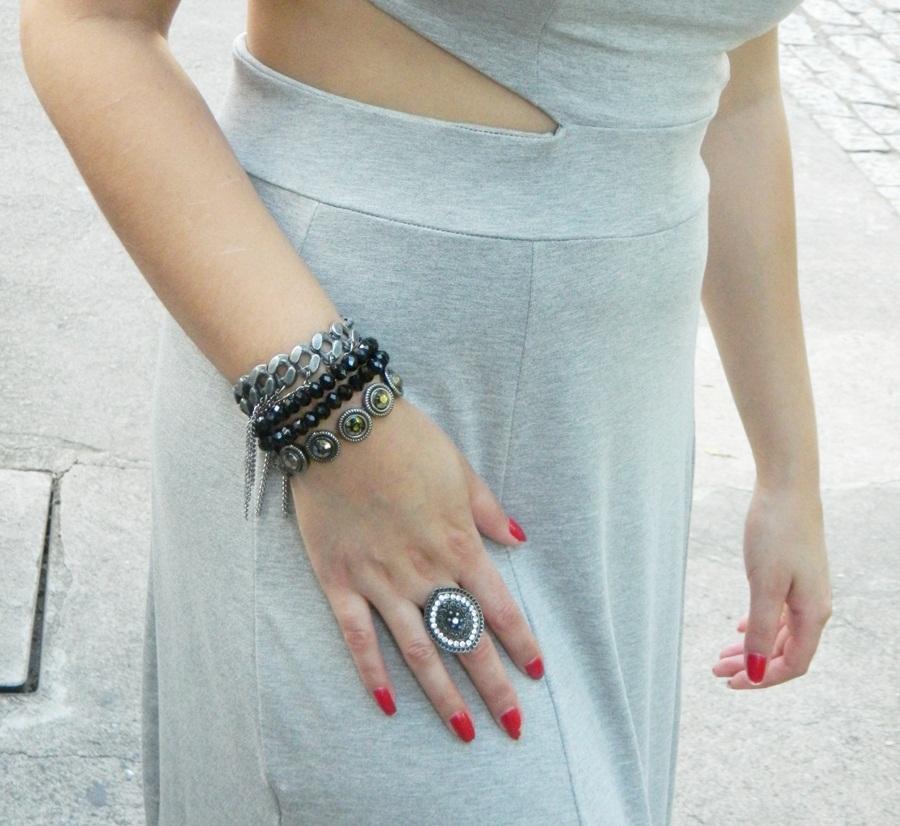 Vestido Longo cinza com fendas e pulseiras