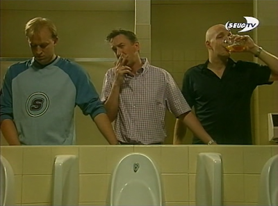 Komisches after Party Foto - Männer am Urinal lustig