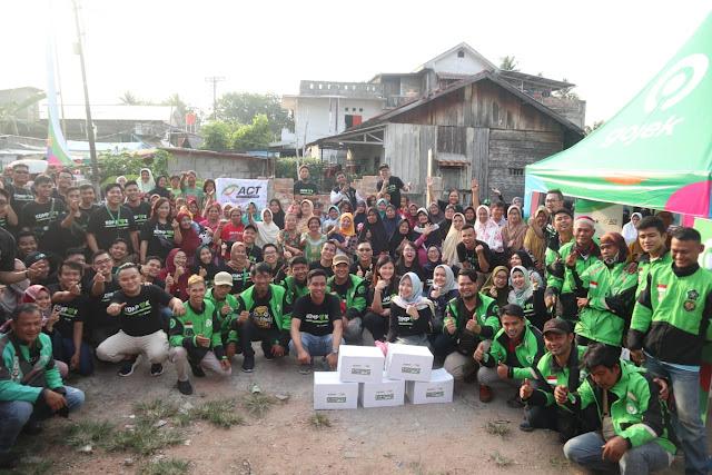 ACT Sumsel Kolaborasi Bersama Gojek, Berikan Ratusan Paket Pangan untuk Warga Prasejahtera