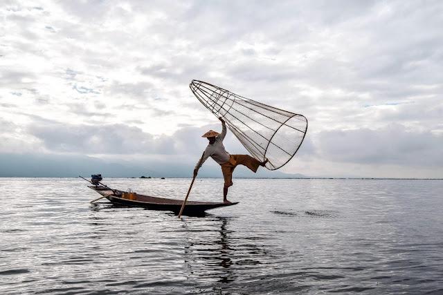 Hầu như tất cả du khách đến Inle đều chọn cho mình một chuyến đi dạo bằng thuyền trên hồ. Giá thuê một thuyền khoảng 30.000 kyats (khoảng 510.000 đồng) cho một ngày dài đi khắp lòng hồ Inle.    Người lái thuyền sẽ đưa bạn đi hết từ chợ nổi này đến xưởng bạc khác, làng dệt có người cổ dài, những vườn cà chua được trồng trên nước, nhà mèo… Phong cảnh sẽ liên tục thay đổi với những dãy núi, những trảng cỏ thơm, cảnh sinh hoạt ven sông, thủy sinh, chùa, tháp, vô số cây cầu gỗ có mái che và các con thác nhỏ mà thuyền phải vượt qua.
