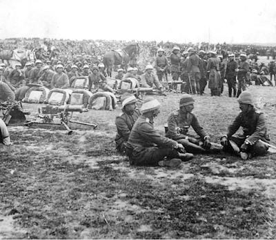 Türk ve Alman subaylar düşmanın Queen Elizabeth zırhlısından atılan ancak patlamayan 38 cm'lik top mermisini inceliyorlarken.