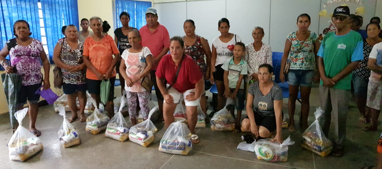 Famílias carentes recebem Cestas Básicas de Natal da Prefeitura de Rosário Oeste