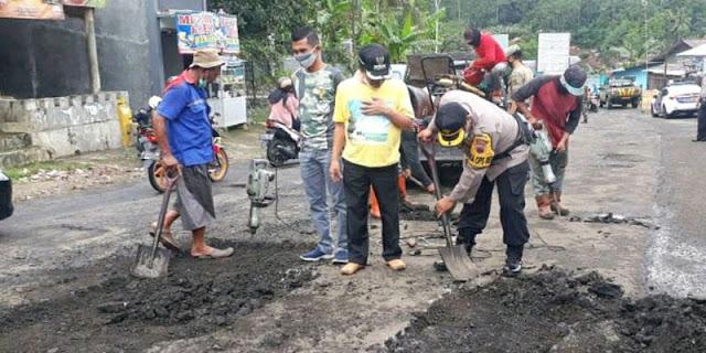 Sindir Pemprov Jateng, Bupati Banjarnegara Rogoh Kocek Pribadi Untuk Perbaiki Jalan Provinsi