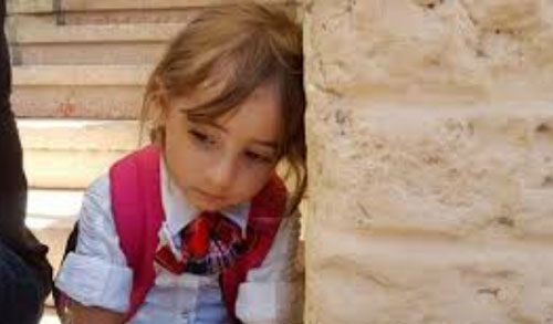 Rahaf, gadis Palestina yang tampak sedihyang fotonya menjadi viral dan mengetuk simpati jutaan netizen dis seluruh dunia. Foto dari Internet