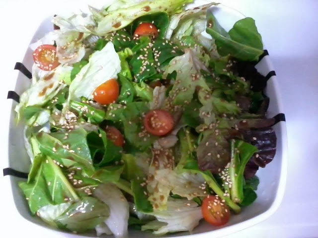 Receita de salada com molho e gergelim