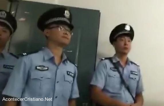 Policías chinos invaden iglesia.