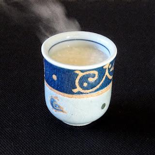 湯呑茶碗についだホット甘酒の写真